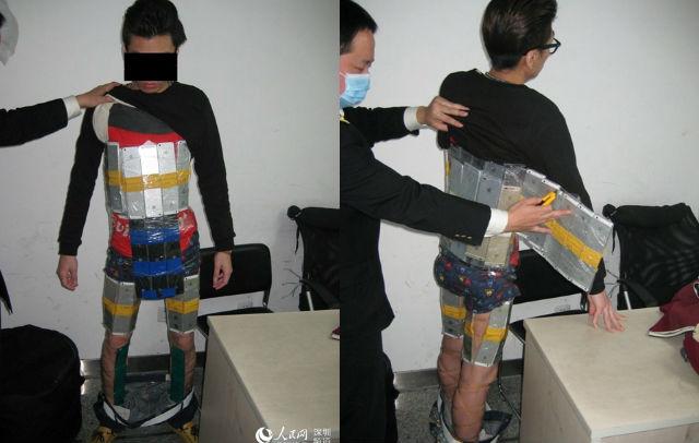 Un chinois arrêté à la douane avec 94 iPhone scotchés sur son corps (photos)