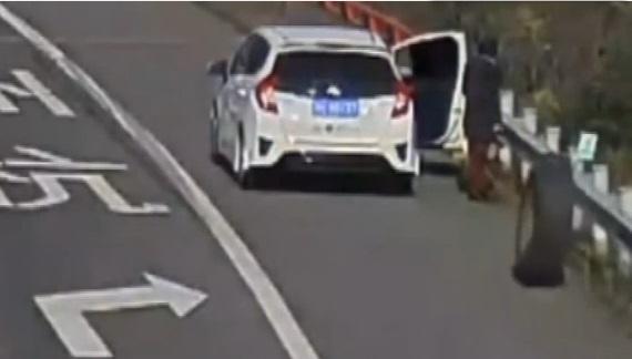 Une femme se fait violemment percuter par un pneu sur l'autoroute (vidéo)