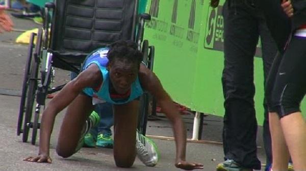 Épuisée, elle finit son marathon à 4 pattes (vidéo)