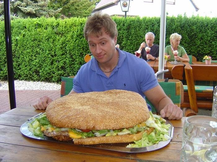 12 gigantesques burgers qui vont vous faire saliver