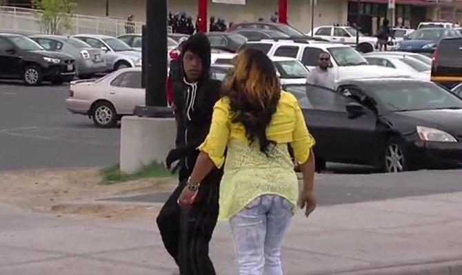 Émeutes à Baltimore : un jeune se fait frapper en direct par sa mère