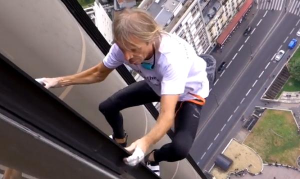 Incroyable : il escalade la Tour Montparnasse sans aucune protection