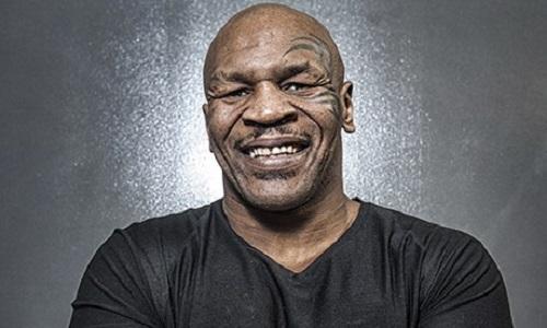Mike Tyson met un coup de coude à un fan trop envahissant