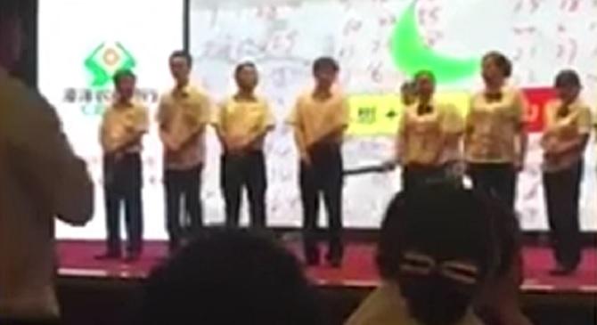 Un patron chinois humilie ses mauvais employés en plublic
